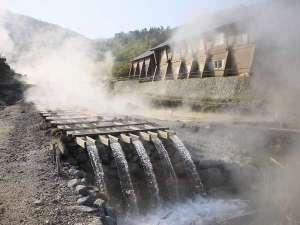 湯治のふる里 玉川温泉:湯樋と玉川温泉別館