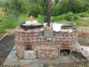 いもだんご村:五右衛門風呂薪で沸かす本物です満天の星空を眺めながらの入浴は最高です(目隠有、屋内システムバス有)