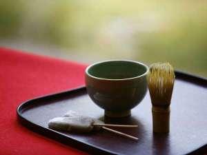 出雲神々 縁結びの宿 紺家:創業時の伝統を今に。ご到着後の抹茶とお菓子でお出迎えをさせていただきます。