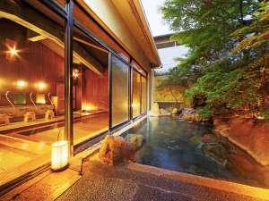 出雲神々 縁結びの宿 紺家:【楓の湯】夜はさらに趣ある雰囲気に◎大きな石からのお湯の流れを見ていると心まで洗い流される様です