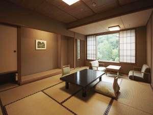 長栄館:緑山亭和室10畳:全室山向きのお部屋で、現代数寄屋造りの落ち着いたお部屋です。