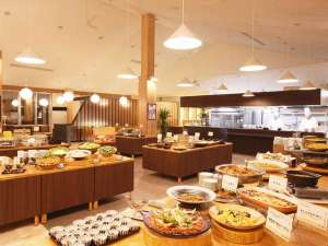 日本の山岳温泉リゾート 新玉川温泉:夕食バイキングの一例とオープンキッチン