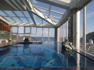 答志島温泉 寿々波:展望風呂(男性風呂):天井も窓になっており、内湯とは思えない開放感と景色がお楽しみ頂けます。