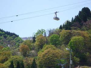 民宿東洋:宿前、春の大峰山と湯沢高原ロープウェー