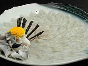 皿に盛り付けられたふくは、舌にも目にも感動的です。