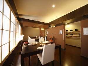 隠れ家レストラン「薫 the room」でのお食事もできます。当館出身の音楽家・和田薫のギャラリーです。