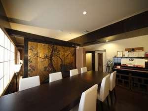 【ギャラリーレストラン・薫 the room】屏風をパーテーションに再生しています