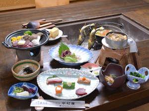 草津温泉 中村屋旅館:*お夕食一例/心も体も温まる囲炉裏でお召し上がりいただくお食事は、地元の旬味を活かしたお料理が並ぶ。