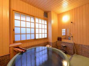"""草津温泉 中村屋旅館:*貸切風呂""""白根葵""""/湯量豊富に湧き出る草津温泉の源泉をひいた湯船。寛ぎのひと時をお過ごし下さい。"""