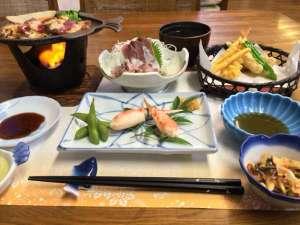 九十九里浜 ペンション&民宿 太陽:新鮮なお刺身に、コンロで焼く焼き肉、天ぷら、ポン酢をつけてお召し上がりなるカニなど、温かい料理です♪