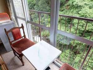 【川側和室8畳】お部屋からの眺め一例です。下部川を望みます。