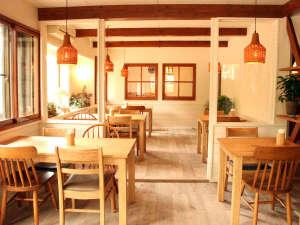 森のキッチン 山小屋  Holahoo:落ち着いた空間を演出するあたたかみのあるダイニング。