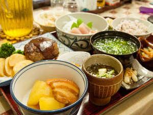 高那旅館:【夕食一例】パパイヤの煮物、もずく、石垣牛のハンバーグなど。おじい・おばあの手作りでボリューム満点!