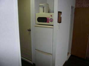 EXCELLENT 西院:調理器具はございませんが、キッチン設備として冷蔵庫、電子レンジ、電気ポットを用意しております。