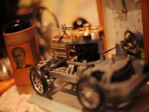 ■蒸気で動く車■オーナーの趣味で集めたグッズが館内随所に配されている。