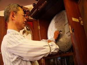 ■アンティークオルゴール■オルゴール板を取り替えるオーナー