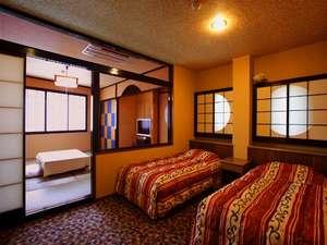■6名定員和洋室■手前にベッド、奥には和室を配置。ガラスの壁で仕切られたタイプのお部屋♪