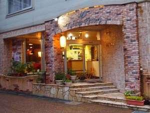 夕暮れのホテル玄関です。