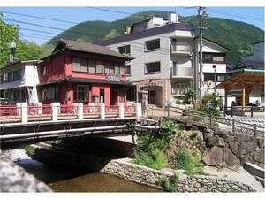 ホテル前に足湯そして鼓橋から名勝「鼓嶽」が目前に迫ります。ここで手を打つと木霊が聞こえます。