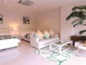 ブリーズベイシーサイドリゾート松島(BBHホテルグループ):トロピカルスィートは南国調の明るいテイスト。45平米を超える贅沢な広さで、リゾート気分を満喫!