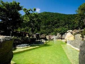 奥飛騨ガーデンホテル焼岳(やけだけ):源泉秘湯の露天風呂はなんと9種!写真はエメラルド温泉「うぐいすの湯」(混浴・湯あみ着用)。
