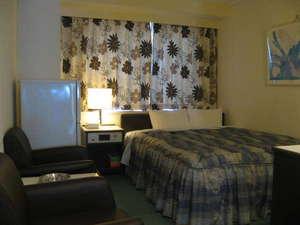 シティホテル甲隆閣:ゆったりくつろげるダブルベッド