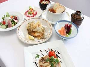 鶴舞ムーンレイクホテル:和洋折衷のコース料理です。