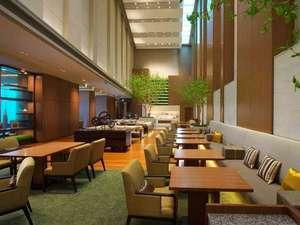 大阪マリオット都ホテル:解放感溢れる空間のクラブラウンジで、ご朝食・アフタヌーンティからカクテルタイムをご用意しております。
