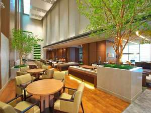 大阪マリオット都ホテル:高い吹き抜けで解放感溢れるクラブラウンジで優雅なひと時をお過ごし下さい。