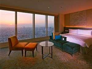 大阪マリオット都ホテル:大阪湾に沈みゆく夕日が特別な空間を演出。(プレミアムコーナーキング)