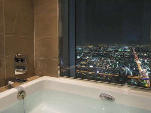 大阪マリオット都ホテル:コーナールーム・ジュニアスイートではきらめく夜景を一望する至福のバスタイムをお過ごしいただけます。