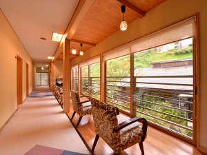 赤倉温泉 みどりや旅館:*廊下から望む中庭。春は新緑、夏は涼風、秋は紅葉、そして冬は雪見。どの季節も美しい◎