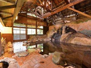 赤倉温泉 みどりや旅館:*大浴場(男湯)/大きな岩を伝い流れる湯は源泉かけ流し100%天然温泉。千百余年の伝統を持つ名湯を堪能。