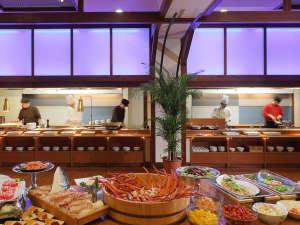 湯の杜 ホテル志戸平:わくワクいっぱい!バイキング会場「たんとたんと」揚げ物・焼き物・炒め物 専用オープンキッチン♪