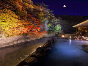 湯の杜 ホテル志戸平:渓流を望む1階「天河の湯」露天風呂【秋】※偶数日・奇数日で男女ご利用いただける大浴場が異なります。