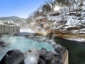 湯の杜 ホテル志戸平:渓流を望む1F「天河の湯」露天風呂【冬】※偶数日・奇数日で男女ご利用いただける大浴場が異なります。