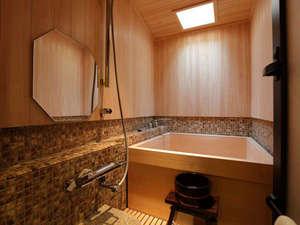 【檜風呂】 全7室の客室全てに設えた『檜風呂』 24時間いつでも湯贅を。