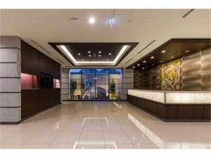 N GATE HOTEL OSAKA:和のテイストを取り込んだ落ち着きのあるフロント。