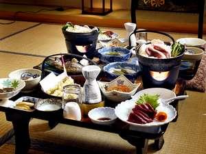 二岐温泉柏屋旅館 :自然の恵みたっぷりの和食膳を広間にてお召し上がりください。