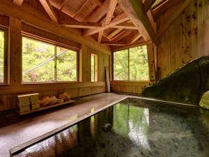 二岐温泉柏屋旅館 :*自噴巌風呂(混浴)/1890年代には既にあったと伝えられる巌風呂。古から続く源泉に癒されるひと時を。