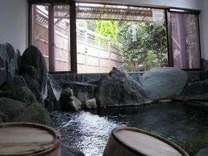 岩風呂とおふくろの手料理の宿 みかみ:*[岩風呂/温泉]岩風呂からは中庭の景色を眺めておくつろぎいただけます(※夜22時まで)