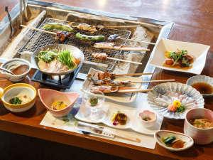 安達屋旅館:囲炉裏を囲んだ夕食。岩魚、地鶏、地茸など季節により新鮮な山河の幸が盛りだくさんです。
