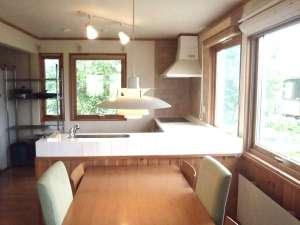 貸しコテージ Hus:大きな窓から自然光が差し込むダイニングとキッチン
