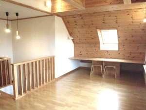 貸しコテージ Hus:階段を上がるとすぐに天窓のある11帖のファミリールーム