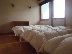 貸しコテージ Hus:2階テラスデッキ付の洋室(8.5帖)にベッドが3台。