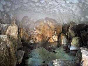 奥天竜 不動温泉 佐和屋:*洞窟風呂(混浴)は、タオル着用OKです。昼までもほんのり暗く幻想の世界が広がります。