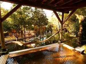 八幡野温泉郷 杜の湯 きらの里 <共立リゾート>:内湯を見下ろす源泉掛け流しの檜露天風呂