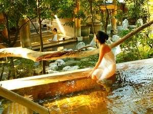 八幡野温泉郷 杜の湯 きらの里:【大浴場:檜露天風呂】源泉かけ流しの檜露天風呂。高アルカリ性で通称「美肌の湯」と呼ばれる。