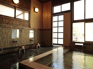 上林温泉 塵表閣本店(じんぴょうかくほんてん):自慢の温泉はすべて源泉からかけ流し。男女別の内湯は、ひのき風呂となっております。