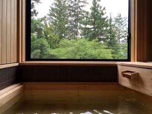 上林温泉 塵表閣本店(じんぴょうかくほんてん):四季折々に遷り変わる景色を眺めながら「国産檜の半露天風呂」で湯ったり…